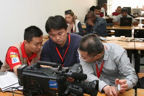 图三:CSPN摄制组正在忙碌地工作着