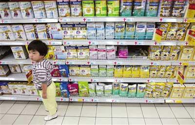 超市销售的进口品牌婴儿奶粉吸引消费者。 图/安心/CFP