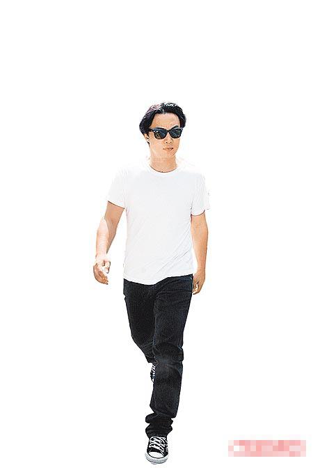 陈奕迅昨戴墨镜、不发一语,到香港赤柱监狱探望父亲