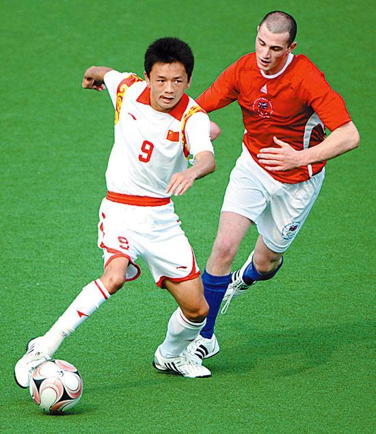 9月16日,中国队以2∶10不敌英国队,获得北京残奥会七人制(脑瘫)足球赛第八名。图为中国球员樊志超(左)带球进攻。新华社记者 郭勇摄