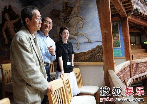 环球剧院工作人员陪同林兆华参观剧院