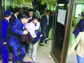 吴淑珍曾在06年出庭时候晕倒