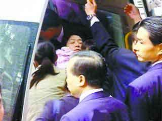 2006年12月15日 吴淑珍在首次出庭时晕倒