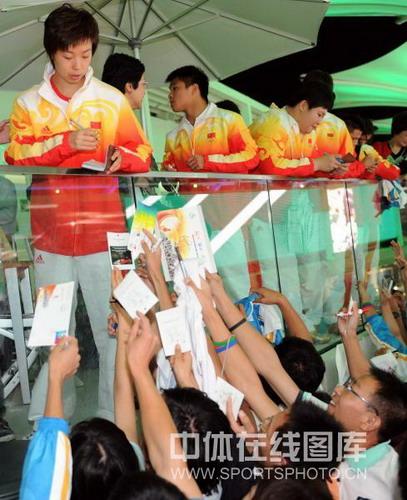 """图文:""""奥运心英雄""""颁奖 球迷追捧张怡宁"""