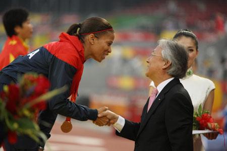 大中华区三星集团总裁朴根熙为美国选手阿普丽尔·霍姆斯颁发田径女子100米-T44金牌
