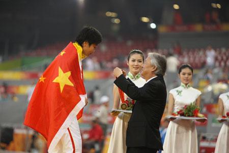 大中华区三星集团总裁朴根熙为中国选手汪涓颁发田径比赛女子100米-T44铜牌