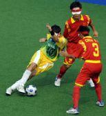 图文:[五人制足球] 巴西队阿尔维斯带球突破