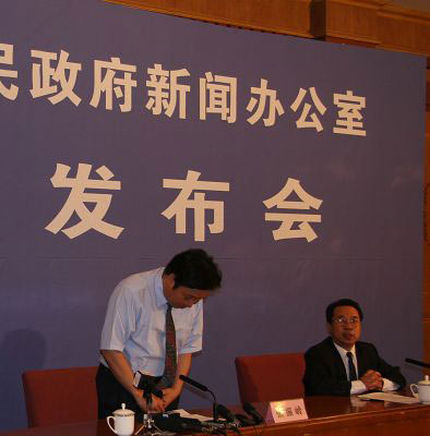 """石家庄三鹿集团副总裁张振岭就""""问题奶粉""""事故向社会鞠躬道歉,并表示消费者如对8月6日以后的产品有异议、不放心,也将收回。"""