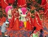 图文:北京残奥会闭幕式 后与吉祥物合影