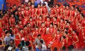 图文:北京残奥会闭幕式 礼仪小姐们一起合影