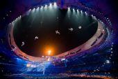 图文:北京残奥会胜利闭幕 文艺表演空中邮递员