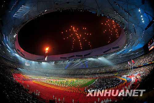 """9月17日,在文艺表演《给未来的信》中,焰火呈现出中文""""未来""""字样。当晚,北京2008年残奥会闭幕式在国家体育场""""鸟巢""""举行。新华社记者杜华举摄"""