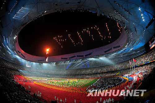 """9月17日,在文艺表演《给未来的信》中,焰火呈现出英文""""FUTURE""""(未来)字样。当晚,北京2008年残奥会闭幕式在国家体育场""""鸟巢""""举行。新华社记者杜华举摄"""
