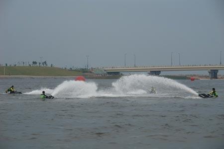 中国国家青年摩托艇队在表演