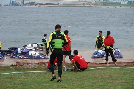 中国国家青年摩托艇队赛手与中国天荣F1摩托艇招商银行队机械师交流经验