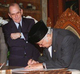 苏哈托(右,左侧为时任IMF总裁迈克尔康德苏)自1968年以来一直掌权印尼