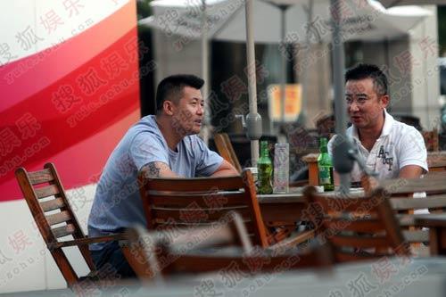 那英老公孟桐在路边与友人喝酒畅聊