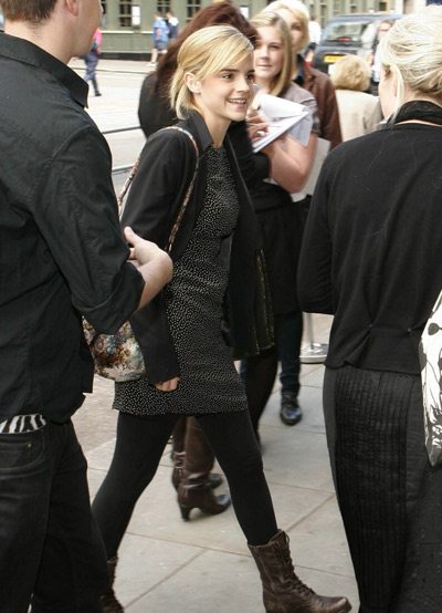 走在大街的时尚女子