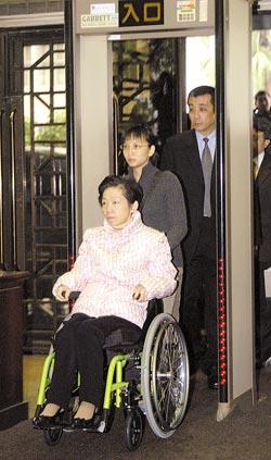 台北地方法院审理机要费案,今日再度传唤吴淑珍出庭,图为吴淑珍2006年12月15日第一次出庭时通过地院大门。资料图
