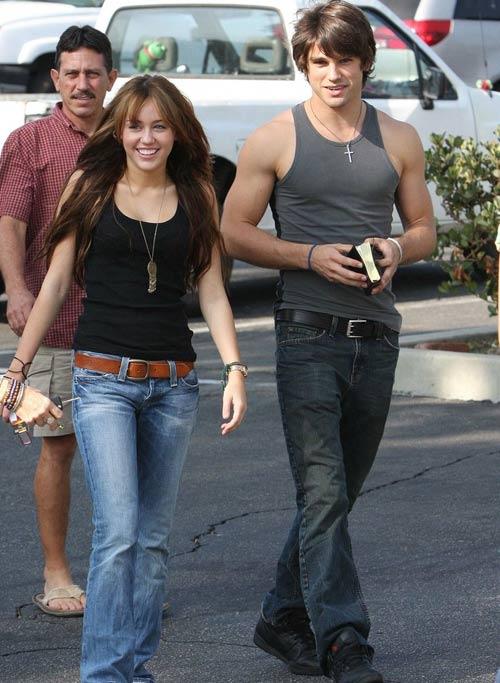 15岁的迪士尼青春偶像梅莉-塞勒斯正与20岁的贾斯汀-加斯顿(Justin Gaston)拍拖中