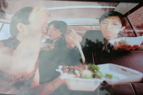 张朝阳和同伴一起吃盒饭