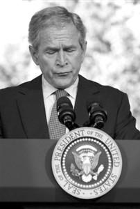 布什当天发表演讲时眉头紧皱