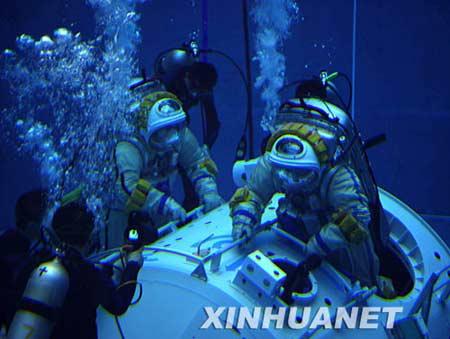这是航天员着舱外航天服在水槽进行模拟失重训练和出舱活动任务训练。 新华社发(秦宪安摄)