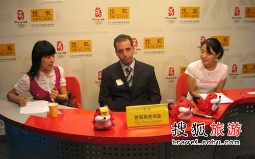 从左至右:翻译武文昭女士、突尼斯旅游局中国首代那比尔·何先生及搜狐旅游主持人