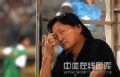图文:[中超]武汉0-1陕西 朱广沪挠头