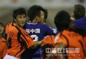 图文:[中超]武汉0-1陕西 李玮峰防守