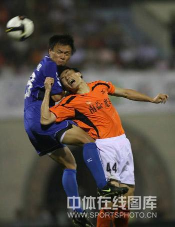 图文:[中超]武汉0-1陕西 深圳兄弟相煎