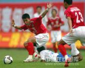 图文:[中超]广州1-0深圳 深足队员带球突破
