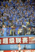 图文:[中超]广州1-0深圳 戴宪荣向球迷抛球衣