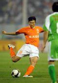 图文:[中超]山东VS北京 周海滨在比赛中射门