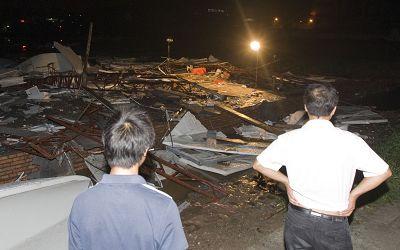 狂风将一处刚刚建好的施工简易房吹翻。