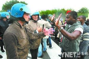 ■19日,在意大利南部城镇沃尔图诺堡,警察与抗议者对峙着■新华/法新