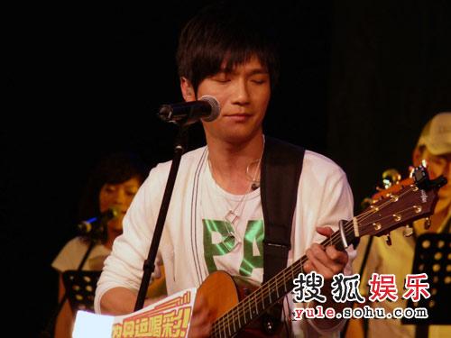 陈楚生秀吉他