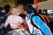 图文:阿根廷残奥会代表团凯旋 亲吻娇妻爱女