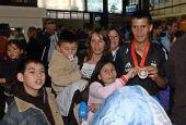 图文:阿根廷残奥会代表团凯旋 受到家人欢迎