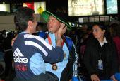 图文:阿根廷残奥会代表团凯旋 接受同伴祝贺
