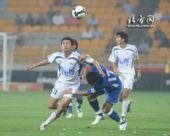 图文:[中超]天津1-1上海 张烁力扛后卫
