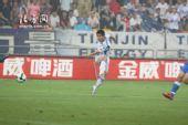 图文:[中超]天津1-1上海 蒿俊闵起脚抽射