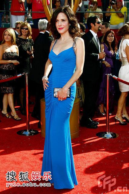 玛丽-帕克蓝裙映衬雪肌