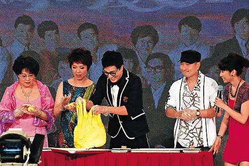 李 司 棋 ( 左 起 ) 、 關 菊 英 、 林  和 黎 耀 祥 在 節 目 中 齊 齊 整 餅 。
