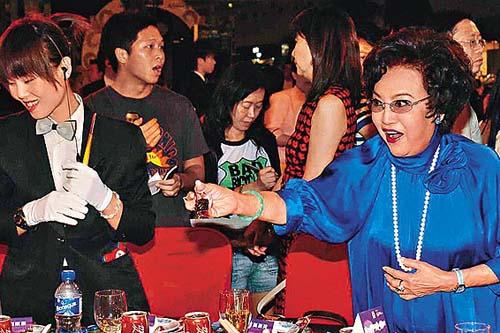 大受欢迎的李香琴,与大家共享美食。