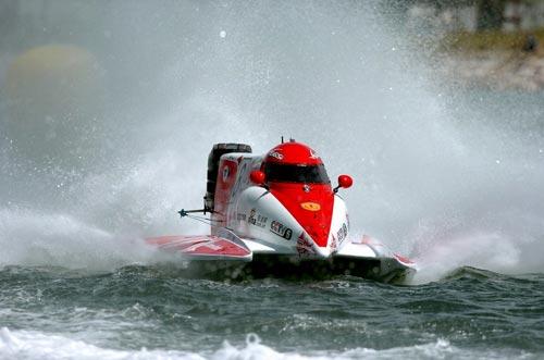 F1摩托艇驰过水花四射,卷起千层浪