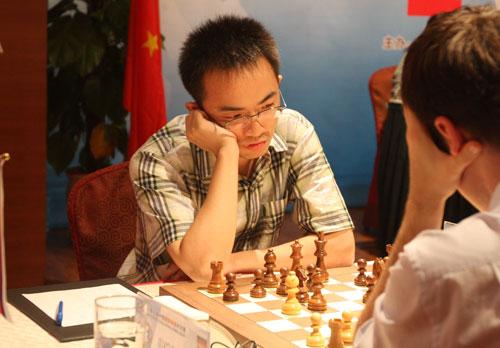 图文:中俄对抗赛中国夺冠 倪华比赛中很悠闲