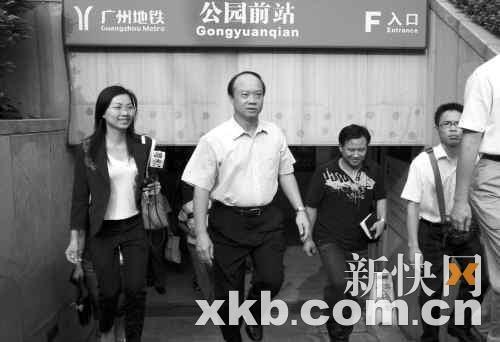 昨日早上,副市长苏泽群(左二)选择乘坐地铁上班