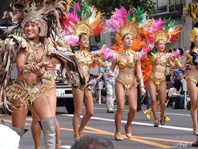 4500名穿着艳丽服装的舞者在大街上挥发桑巴激情,掀起阵阵袭人热浪。数万群众趁着周末涌上街头,欣赏热情桑巴,共同参与这夏季狂欢。