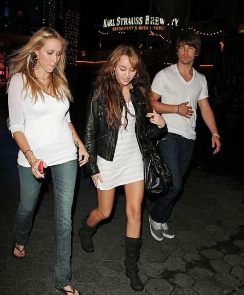 梅莉-塞勒斯与妈妈、男友一起去环球影城